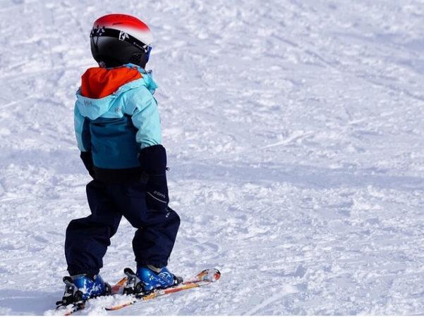 petit enfant qui skie