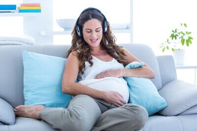 femme enceinte sur le canapé